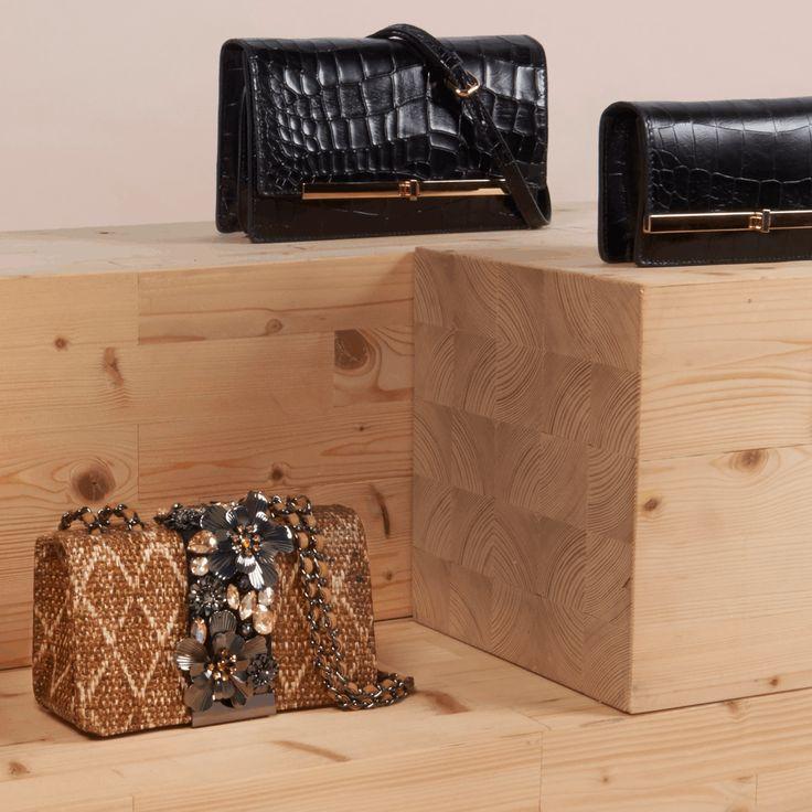 Funkelnde Schmucksteine, glänzendes Lackleder und edle Beschläge: Diese hübschen Handtaschen sind wie gemacht fürs ausgelassene Feiern. Sei es Silvester oder einfach eine nächste Party im neuen Jahr: Setzen Sie auf unsere aktuellen Taschen-Highlights, die ein Outfit erst so richtig vollkommen machen!