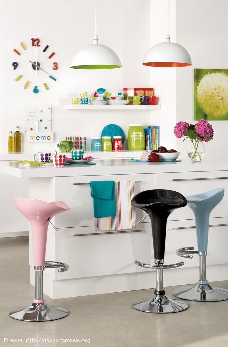 Muebles blancos y muchos detalles de color para un espacio reducido.