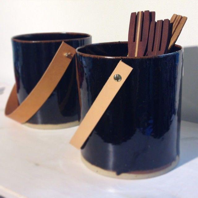 Bengt Åkessons salladsbestick passar fint i Klara Edstrands keramikhinkar med läderhandtag. Finns på Formargruppen.
