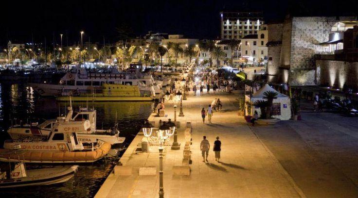 ALGHERO. Med vajande palmer och skummande vågor som slår mot ringmuren bjuder Alghero på en dramatisk stämning. Lite längre bort sträcker sig kilometerlånga stränder. Staden som italienarna länge har fått behålla för sig själva har plötsligt blivit Medelhavets nya uppstickare.