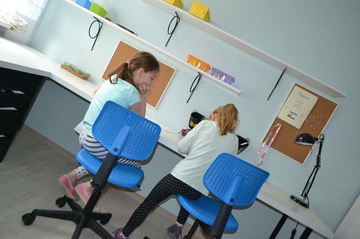 Dziewczyny testują biurko, krzesła i .... coś rysują :)