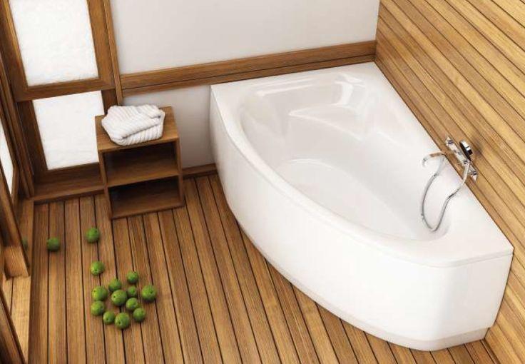Atmosferę spa można wprowadzić do własnej łazienki wybierając drewniane podłogi, a także drewnopodobne płytki ceramiczne na ścianach – materiały kojarzące się z kojącą naturą. Do tego komfortowa, narożna wanna…
