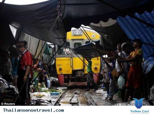 Đến Du lịch Thái Lan các bạn sẽ được biết đến khu chợ trời Maeklong (Thái Lan) dài gần 500m nằm trên một đoạn đường ray đang hoạt động và có tuổi đời hơn 100 năm ở Thái Lan. Xem thêm: http://thailansensetravel.com/maeklong-khu-cho-nguy-hiem-nhat-the-gioi-o-thai-lan-n.html