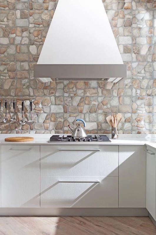 La #cucina non è uno spazio dove semplicemente si cucina bensì la cornice che accompagna la maggior parte dei nostri momenti di condivisione: i pranzi durante la settimana dove ci si scambiano veloci saluti, le cene tranquille nel weekend e, soprattutto, la Domenica mattina con la famiglia riunita, la rendono il cuore pulsante della casa. Sfoglia qui la gallery #Semprelegno http://bit.ly/1TjJsiJ