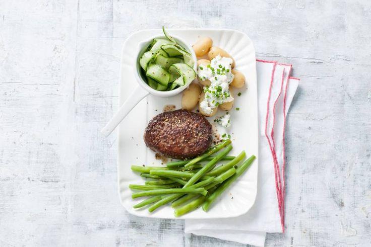 27 augustus - Sperziebonen in de bonus - Heerlijke steak de boeuf met sperzieboontjes én frisse komkommersalade - Recept - Allerhande