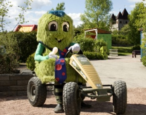 Pieni kilpa-ajo polkuautoilla tekee poikaa.    #TravelFinland #Theme park