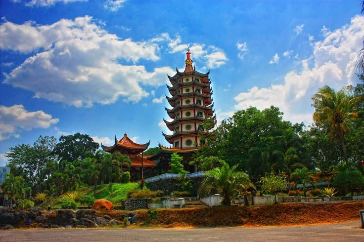 Tempat yang paling terkenal di Pagoda Vihara Buddhagaya Watugong ini adalah Pagoda Metta Karuna (Avalokitesvara) yang terdapat Budha Rupang dengan ukuran besar didalamnya.[Photo by instagram.com/boysdontcry9]
