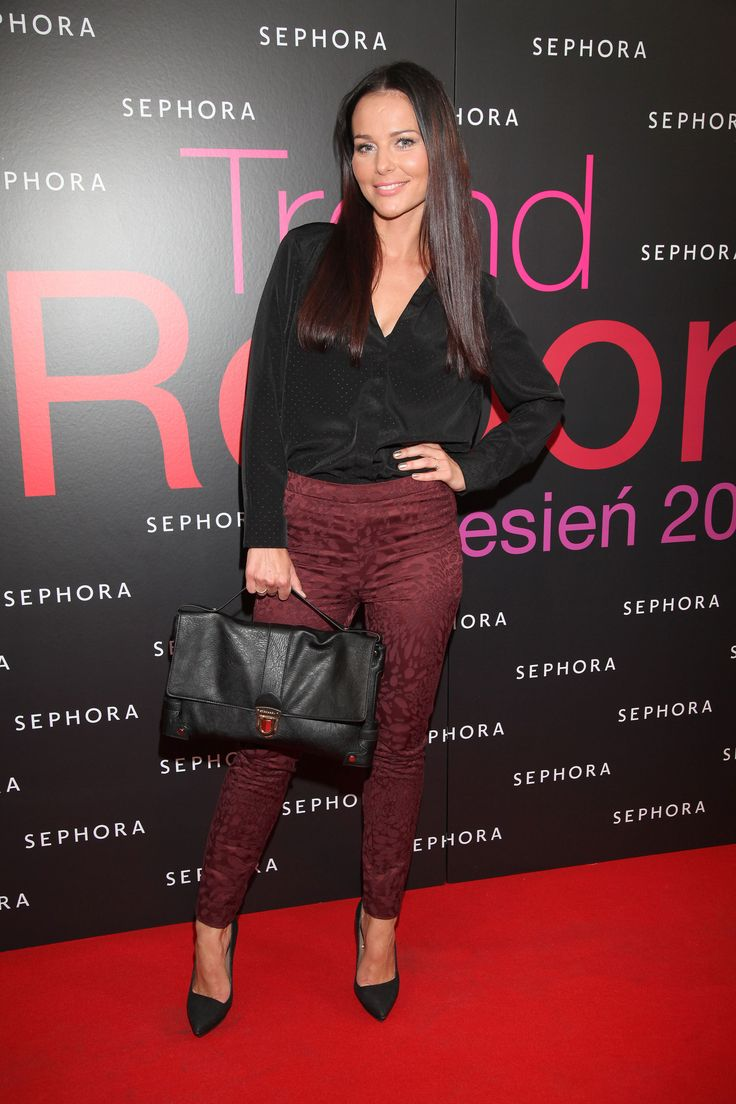 ♥♥♥♥  Tied for my favorite picture....Beautiful smile, Lovely long Hair and Very nice Pants/Leggings!