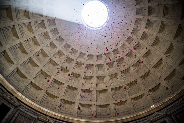 Cerimonia del Corpus Domini al Pantheon. I vigili del Fuoco con due squadre e il supporto del nucleo Saf sono saliti sul tetto del mausoleo arrampicandosi sino
