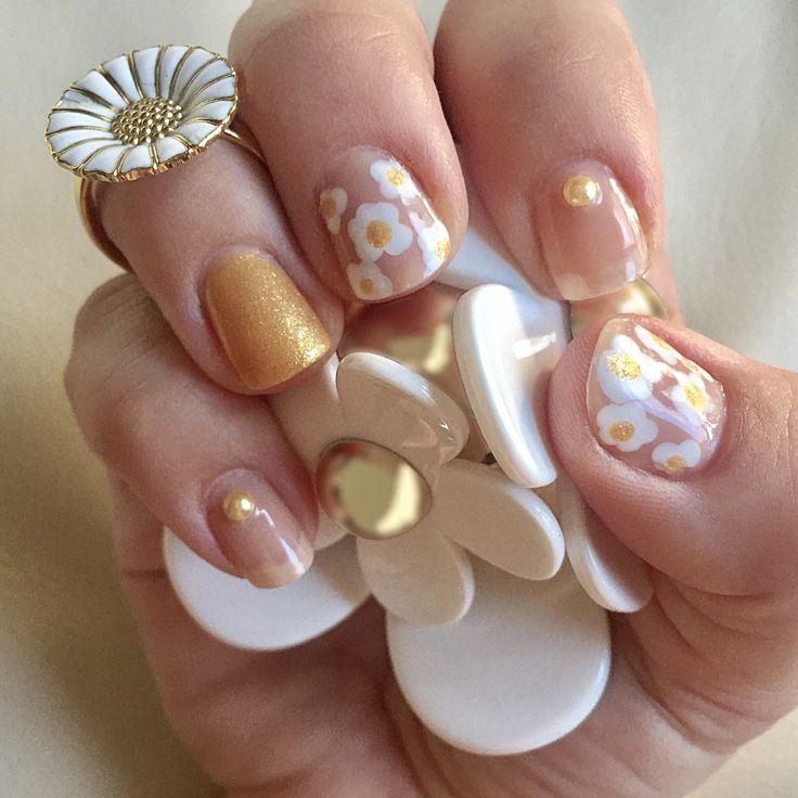 Daisy nailart #daisy #flower #floral #gold #spring #danishnailpolish #essie #loveessie #essiepolish #aunatural #blanc #polishedup #iampolishedup #nailart #iloveessie #iheartessie #nail #nails #nailpolish #polish #polishaholic #simple #manicure #mani #notd #nailblog #nailblogger #nailpolishaddict