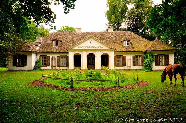 Dwór Cieszkowskich w Suchej (fot. Grzegorz Ścisło). Wzniesiony w 1743 roku przez Ignacego Cieszkowskiego, kasztelana liwskiego. obecnie mieści się w nim Muzeum Architektury Drewnianej.