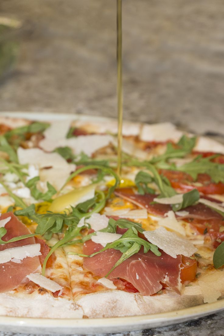 Quieres comer la mejor pizza de la zona? Ven a La Trattoria!! Pizzas espectaculares, hechas en horno de leña al más puro estilo italiano... como nuestra 'La Trattoria', con tomate fresco, huevo, jamón de Parma, queso Parmesano y rúcula. Riquísima!!!