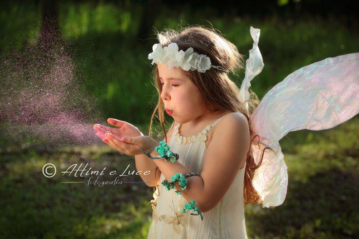Il soffio sulla polvere magica delle fate. Realizziamo sessioni fotografiche a bambine e ragazze, creando splendide immagini di fate immerse nella natura.