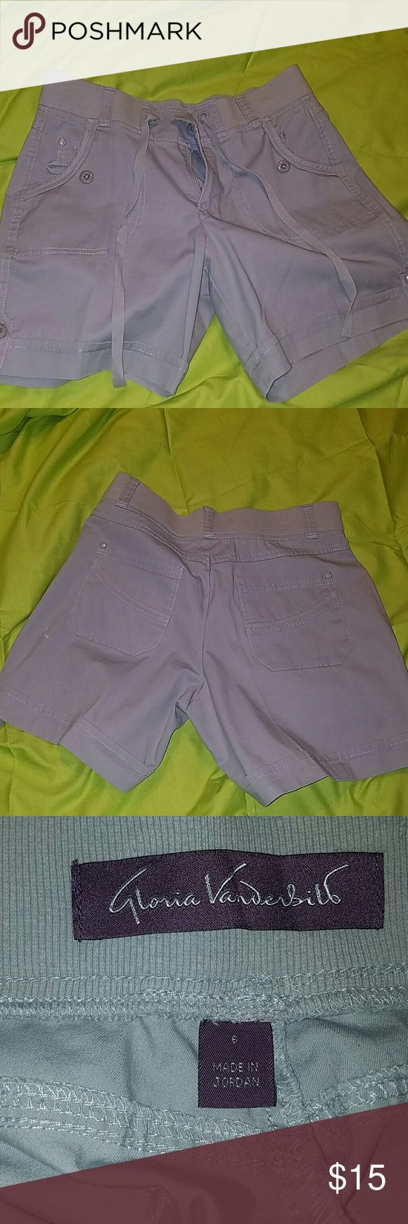 Gloria Vanderbilt cargo short. These Gloria Vanderbilt cargo short are a size 6. Great condition. Gloria Vanderbilt Shorts Cargos