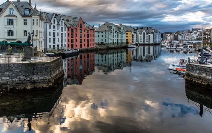 Descargar fondos de pantalla Alesund, Noruega, otoño, terraplén, de estilo art nouveau, yates, tiempo nublado