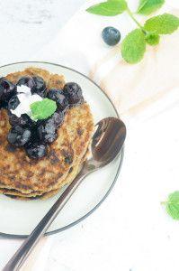 Cinnamon pancakes with coconut, raisins and blueberry compote - kaneelpannenkoekjes met kokos, rozijnen en compote van blauwe bessen