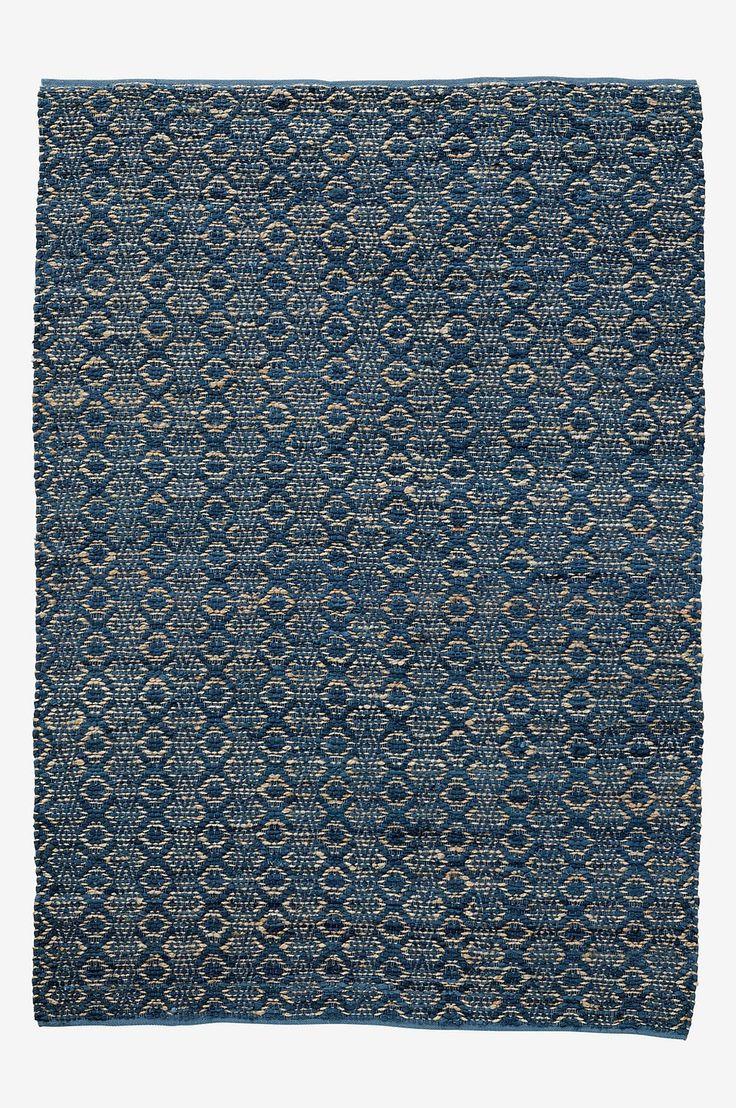 Vevd teppe i en pen miks av bomull og jute. Faldede kanter. Str 170x240 cm. For økt sikkerhet og komfort, benytt en antiglimatte som holder teppet ditt på plass. Antiglimatten finnes i flere ulike størrelser.