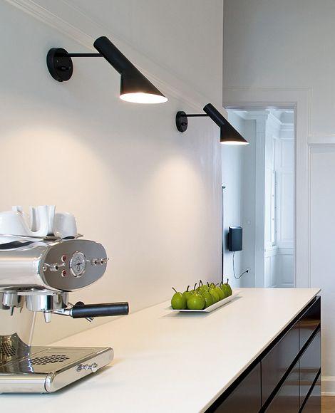 louis poulsen AJ: Berühmt für ihre außergewöhnliche, plastische Gestaltung wurde die Leuchte weltweit zu einem äußerst beliebten Designobjekt. Der Schirm der Leuchte setzt sich aus zwei geometrischen Körper zusammen, einem Zylinder und einem Kegel, wodurch das Licht direkt und richtungsbestimmt abgegeben wird. Der schwenkbare Leuchtenkopf trägt zur Optimierung der Lichtabstrahlung bei. #wandleuchte #küche #küchentheke #wohnzimmer #esszimmer #flur #schlafzimmer #louispoulsen #aj #reuter
