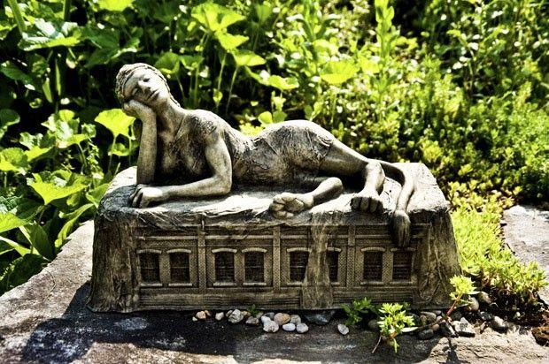 Ruínas e seres mitológicos no jardim