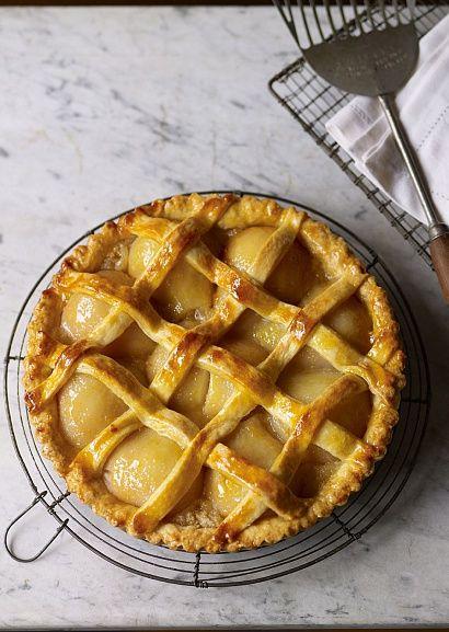 Кростата - итальянский вариант запеченных пирогов с песочным тестом и разными начинками (ягодами, фруктами, овощами и сыром).