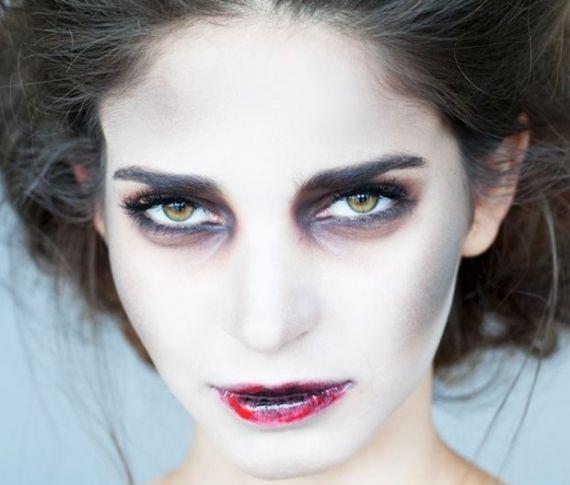 Fazendo a perigosa! Olha só que legal essa maquiagem de zumbi para você assustar todo mundo na festinhas de halloween! É só clicar na imagem! ;)