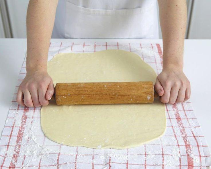 Strudelteig ist eine feine Sache! Der elastische Strudelteig wird sehr dünn ausgerollt und ausgezogen. Dann kann der Strudelteig süß oder herzhaft gefüllt werden.