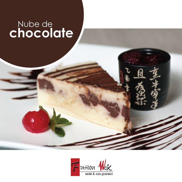 Mezcla de chocolate negro, chocolate blanco y chocolate con leche sobre bizcochuelo y crema de arequipe. #postresfusion#chocolate#fusionwok#calico#colombia#bogota#sweet#postres