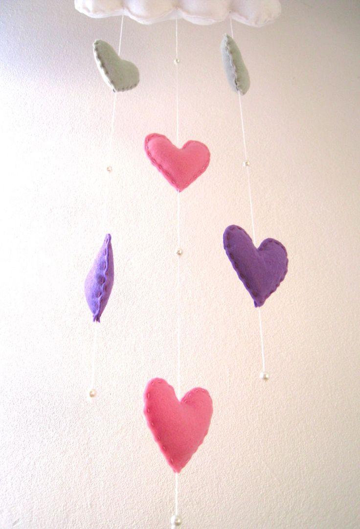 Chmurka z serduszkami to zestaw, który zawiera poduszeczkę w kształcie chmurki w kolorze białym. Do chmurki przymocowane są wiszące na sznureczkach serduszka w kolorze różowym, fioletowym i szarym, a także oddzielające je koraliki.  Zestaw doskonale nadaje się do zawieszenia na ścianie lub przy dziecięcym łóżeczku. Świetnie prezentuje się także jako ozdoba okna #filc  #DIY #handmade #rękodzieło #ozdoby #felt #decoration