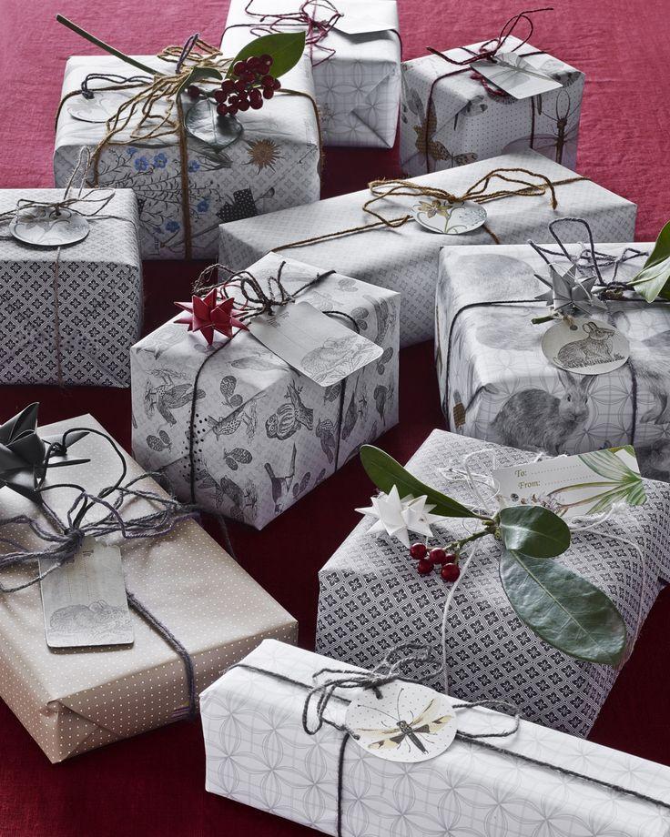 Zestaw do pakowania świątecznych prezentów i niespodzianek Nordal. Wszystkie elementy są utrzymane w naturalnej, spokojnej i stonowanej kolorystyce. W komplecie jest 12 karteczek, 2 taśmy maske tape w kropeczki oraz 4 kolory sznurka 5