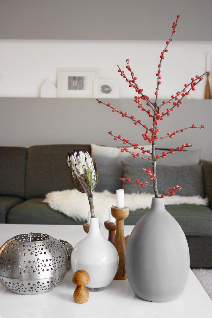 Der DIY Beerenzweig steht wieder im Wohnzimmer... #einrichtung #interior #deko #dekoration #decoration #wohnen #living #tischdeko #herbst #esszimmer #diningroom #vase #kerze #candle #ilex Foto: sotti