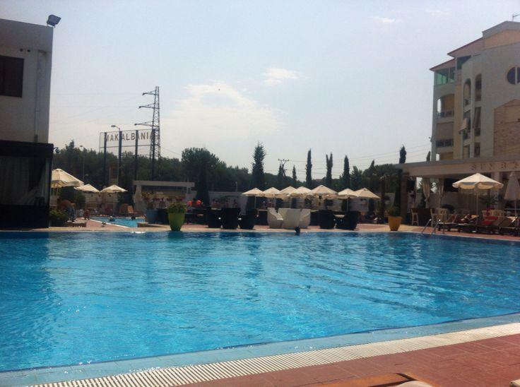 #sunborn hotel   Amo questo posto.. Un hotel con piscina giochi per bambini e ristoranti... Siamo a pochi chilometri da durazzo e tutti parlano italiano