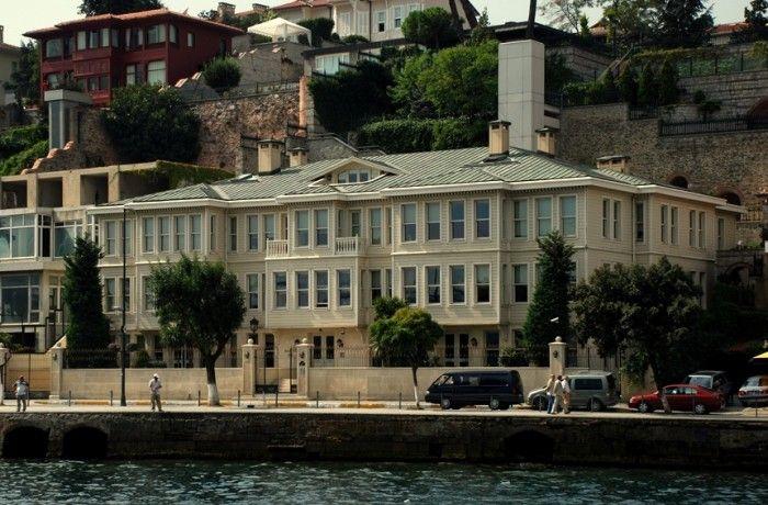 EMIRGAN AZIZ IZZET PASA YALISI  İstanbul Boğazı'nın Rumeli yakasında Emirgan Sakıp Sabancı Caddesi üzerinde 1873 tarihinde Aziz İzzet Paşa tarafından inşa edilmiştir. Bu semtin en büyük sahilhanesidir. Yalı 1873' te Selimiye Garnizonu Kumandanı olan Aziz İzzet Paşa tarafından yaptırılmıştır. 1946' da çıkan bir yangında tümüyle yanmıştır. 1992'de kalıntıların rölöveleri hazırlanmış, yapıyla ilgili belgeler toplanarak restitüsyon ve restorasyon projeleri, 19. yüzyıl fotoğraflarındaki…