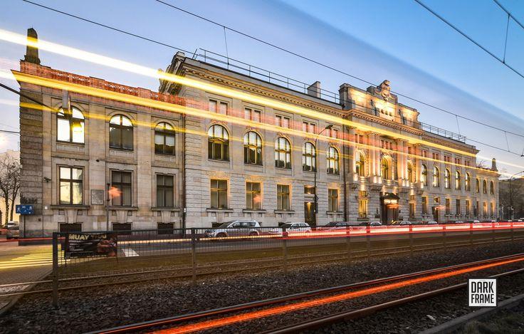 Gmach łódzkiego oddziału Narodowego Banku Polskiego u zbiegu al. Kościuszki i ul. 6 Sierpnia. Budynek projektu architekta Dawida Landego został wybudowany w latach 1905-1908 na potrzeby siedziby Rosyjskiego Banku Państwa.