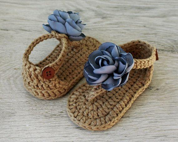 ZOE  Estas sandalias de bebé dulce muchacha flor de ganchillo de hilo de algodón marrón (100%) y decoradas con flores de tela hechas a mano y con botones de plástico marrón. Ellos son de doble suela. Accesorios del atuendo perfecto para cada ocasión de verano!  El tamaño: 3-6 meses (aprox. 10 cm / 3,9 en.)   Atención: sandalias son lavable a mano, dar nueva forma y deje que se seque al aire.   Todos los artículos se hacen humo gratis y mascotas gratis Inicio. Ofrecemos el envío por correo…