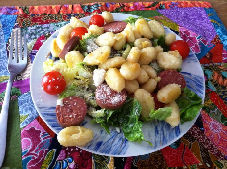 Salade de gnocchi poêlés,  tomate cerise, parmesan, saucisson turc (suçuk), sucrine. Un filet de balsamic et c est tout :)
