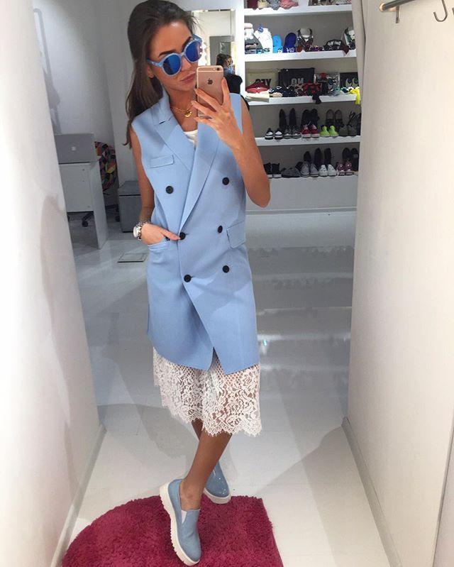В новой коллекции пришли стильные жилеты (в голубом,бежевом,розовом цвете)с джинсами и брюками,как яркий акцент или как платье с кружевом выбирай как больше нравится майки кружево пришли в черном,белом,сером цвете очки в разных цветах ботинки в нежно голубом цвете для заказа и информации ☎️89260464670whatsapp,viber