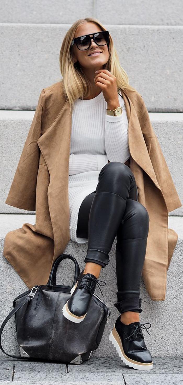 manteau camel, beau pantalon en cuir noir et pull blanc, chaussures plateformes noires