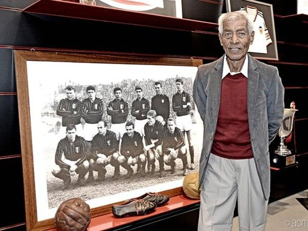 Víctor Benítez junto a la foto de aquel Milan que ganó a Benfica en la final de la Copa de Europa 1963. Fue recibido a lo grande en su regreso a Italia. April 07, 2016.