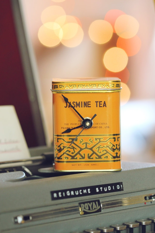 Une boîte à thé en guise d'horloge.
