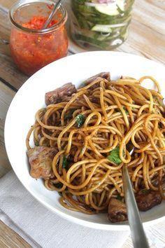 Surinaamse bami - - 500gr spaghetti - 3 Surinaamse Maggi blokjes (die zijn klein en vierkant) - 1 ui - 2 teentjes knoflook - 300gr kippendijenfilet - 4 takjes verse selderij - zonnebloemolie - 1/2tl zwarte peper - 1/2tl 5 spices poeder - 1 stukje verse gember van 2cm - 1 volle tl tomatenpuree - 6el zoute ketjap (sojasaus) - 3el zoete