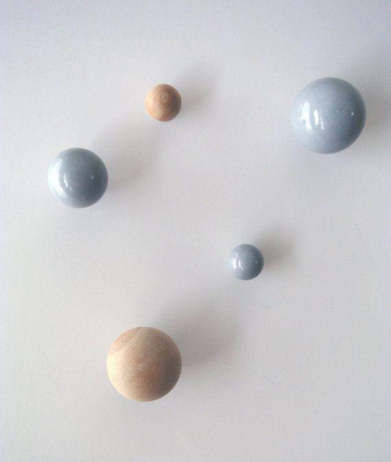 Ein Satz von 5 handgemachte hölzerne Knöpfe in verschiedenen Größen in eine glänzende grau und natürliche Holz-Oberfläche. 36 €