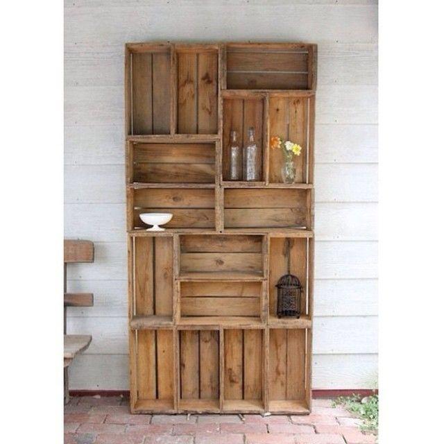 Amamos a disposição dos caixotes de madeira formando uma estante…