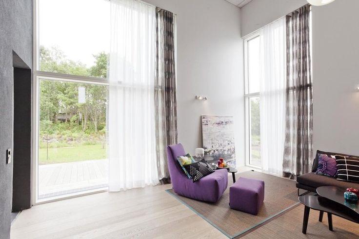 Isot ikkunat tuo luonnon lähelle kivitalossa, lisää ideoita omakotitalon suunnitteluun www.lammi-kivitalot.fi