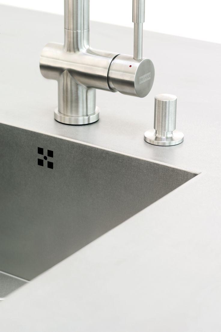 Moderne keuken met RVS-blad-kraan en zeepdispenser.  Voor meer inspiratie kijk op www.keukenstyle.nl of bezoek onze nieuwe showroom in Drachten