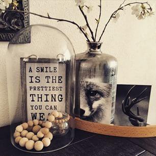 Idee voor de eettafel. Stolp met iets persoonlijks erin naast een mooie vaas/ pot met een mooie seizoenstak op een dienblad en een kaars. Dezelfde tinten voor rust en eenheid.