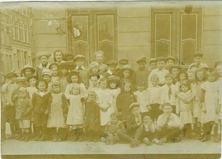 """Een foto uit de Gaffeldwarsstraat in Rotterdam van rond 1918 welke ik heb gebruikt voor de groep op FB """"Rotterdammers Gezocht!"""" voor iedereen die iemand zoekt in Rotterdam of misschien wel wordt gezocht door een vriend of familie."""