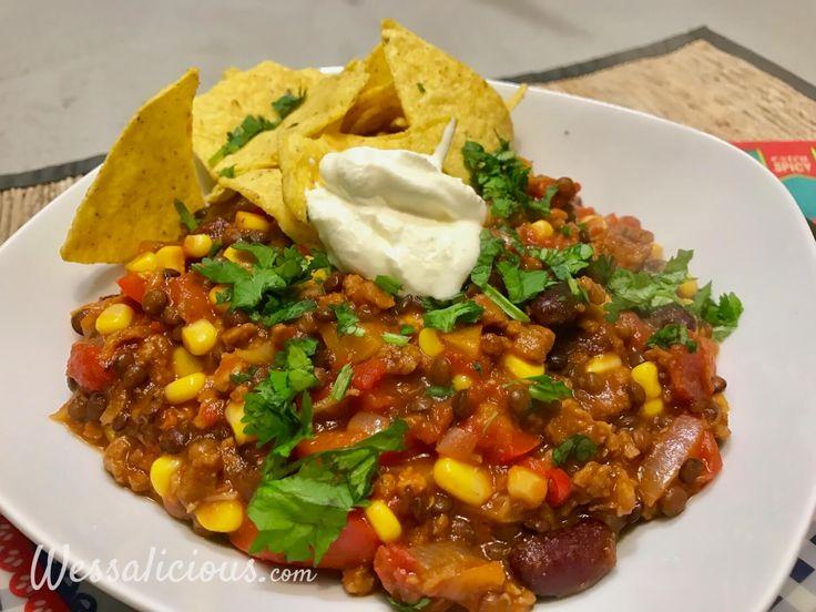 Overheerlijke Vegetarische Mexicaanse chili van linzen, kidneybonen, mais en vegetarisch gehakt. Geserveerd met tortillachips en zure room.