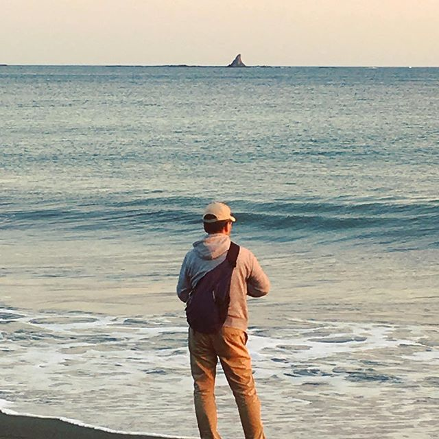 【tobinezumi37】さんのInstagramをピンしています。 《烏帽子岩を釣る! …のは無理ですが。 週末は晴れるといいな。 #サザンビーチ #茅ヶ崎#海釣り #海#秋#烏帽子岩》