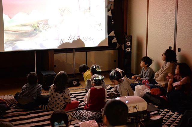 子供たちもその世界に没頭。 . 親子で同じ物に浸れる経験って凄く大切な事だと感じます。 . スキマcinemaについての新しい記事はプロフィールのリンクからご覧頂けます。 . #okusurugaboard #奥駿河 #沼津市 #内浦 #ローカルフォト #メディア #NIKON #Df #スキマcinema #映画 #ムービー #シネマ #古民家 #リノベーション #ゲストハウス #イベント#ポップコーン