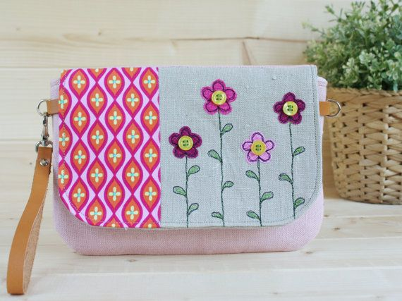 Borsetta da polso con pattina decorata da tessuto stampato e applicazione di fiori